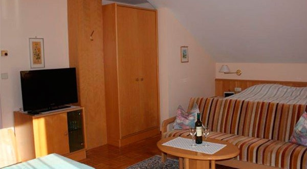 Wohn- Schlafzimmer der dritten Wohnung