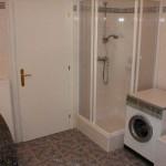 Das Bad mit Dusche in der Wohnung Nr. 5